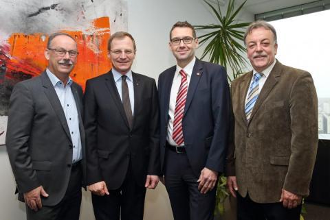 v.li.n.re.: Bürgermeister Gerald Hackl, LH-Stv. Thomas Stelzer, NR Ing. Markus Vogl, Dr. Gerald Reisinger. (Quelle: Land OÖ/Schauer)