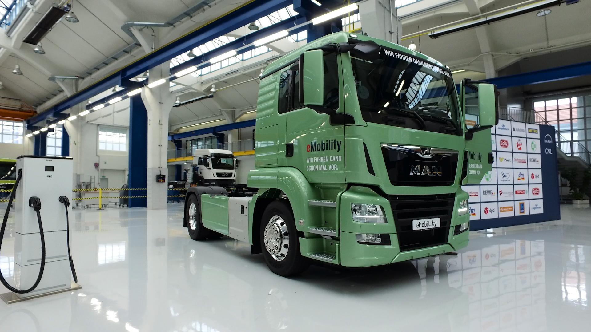 Bundeskanzler Kern testet e-Truck von MAN